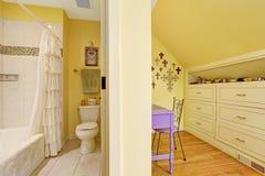 Het dubbele binnenland van de jonge geitjesbadkamers met opslagkabinet en lijst Stock Afbeelding