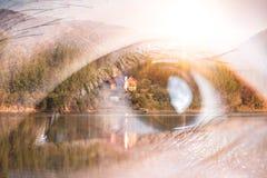 Het dubbele blootstellingsbeeld van het oog die omhoog bekleding met aardbeeld kijken Het concept aard, vrijheid, milieu en zaken royalty-vrije stock foto