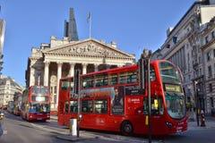 Het dubbele dek vervoert Koninklijke Uitwisseling Londen per bus Stock Afbeeldingen