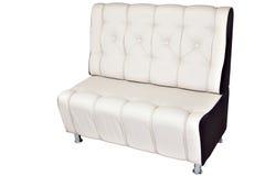 Het dubbele die wit van het de zitkamerleer van de seaterbank, op wit wordt geïsoleerd Royalty-vrije Stock Foto's