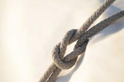 Het dubbele platte knoop of het dubbele platte knoop, werd het gebruikt door zeelieden voor het reefing sai Royalty-vrije Stock Foto's