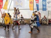 Het duel tussen de ridders - deelnemers van de festival` Ridders van Jeruzalem ` in Jeruzalem, Israël stock foto