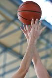 Het duel van het basketbal stock afbeelding