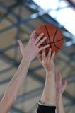 Het duel van het basketbal royalty-vrije stock afbeeldingen