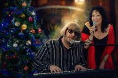 Het duet van twee oude musici zingt Kerstmishymnes royalty-vrije stock afbeeldingen