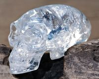 Het duidelijke Gesneden Kwarts verlengde Mayan Vreemd Crystal Skull die op nat zand bij de zonsopgang leggen stock foto