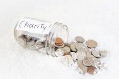 Het duidelijke hoogtepunt van de glaskruik van Amerikaanse munt met de woord` liefdadigheid ` op het Royalty-vrije Stock Foto's