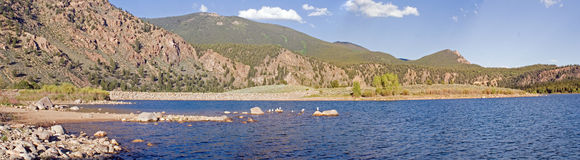 Het duidelijke panorama van het Reservoir van de Kreek Stock Afbeeldingen