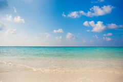 Het duidelijke van de van de achtergrond water tropische aard atol van het de toevluchteiland vakantieluxe over koraalrifvrijheid Stock Foto