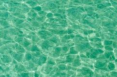 Het duidelijke water die van de strandrimpeling in de zon nadenken Stock Fotografie