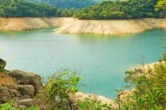 Het duidelijke water van reservoir en sedimentair gesteente stock afbeeldingen