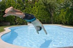 Het duiken aan pool stock afbeeldingen