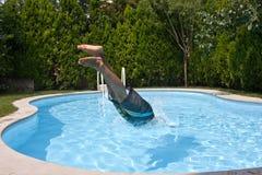 Het duiken aan pool stock foto's