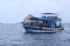 Het duiken de boten nemen toeristen aan Stock Foto's