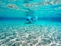 Het duiken in duidelijk blauw water Stock Foto's