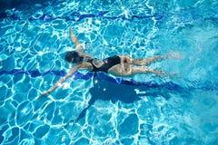 Het duiken in een pool Stock Foto