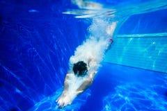 Het duiken in een zwembad Royalty-vrije Stock Foto's