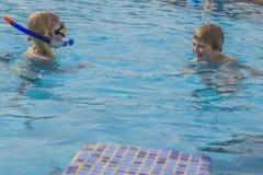 Het duiken en het zwemmen in de pool Royalty-vrije Stock Afbeelding