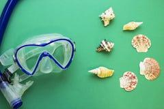 Het duiken masker en overzeese shells stock afbeeldingen