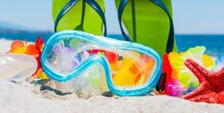 Het duiken masker en sandals op het strand stock afbeeldingen