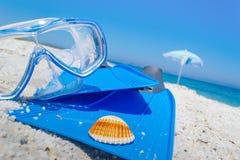 Het duiken masker en vinnen op het zand stock fotografie