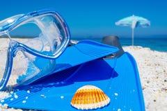 Het duiken masker en vinnen op wit zand stock foto's