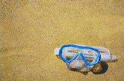 Het duiken masker op een gouden strand Stock Fotografie