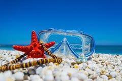 Het duiken masker, zeester en halsband door de kust royalty-vrije stock fotografie