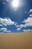 Het duin van de woestijn en witte wolken Royalty-vrije Stock Fotografie