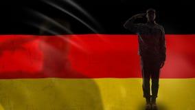 Het Duitse militairsilhouet groeten tegen nationale vlag, herdenkingsdag, defensie stock video
