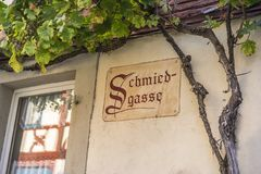 Het Duitse woord voor SMIDS` S STEEG het hangen op een muur Stock Afbeeldingen