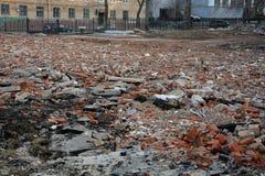Het dumpen van bouwafval in stad Stock Foto