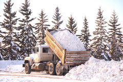 Het dumpen van een lading van sneeuw stock foto