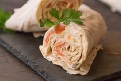 Het dunne Armeense pitabroodje of lavash rolt gevuld met vissen, eieren en kaas stock afbeeldingen