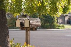 Het duo van de brievenbus op straat in de voorsteden Stock Foto