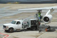 Het dure verrichtingsvliegtuig vult op royalty-vrije stock afbeelding