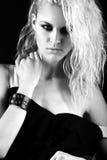 Het durven meisjesmodel in zwarte leerkleding, stijl van rots, donkere samenstelling, natte haar en armbanden op haar wapens Royalty-vrije Stock Fotografie