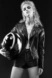 Het durven meisjesmodel in zwarte leerkleding, stijl van rots, donkere samenstelling, natte haar en armbanden op haar wapens Royalty-vrije Stock Foto