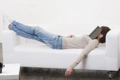 Het dutje van de middag met boek op gezicht Stock Fotografie