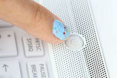 Het duwen van de machtsknoop op laptop computer Royalty-vrije Stock Foto
