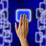 Het duwen van een knoop op een interface van het aanrakingsscherm Stock Foto