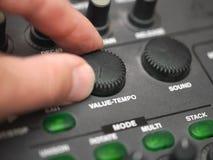 Het duwen van een tempo op een synthesizer royalty-vrije stock foto's