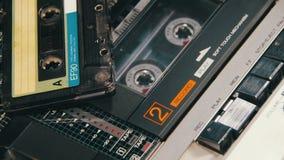 Het duwen van een van het Vingerspel en Einde Knoop op een Twee Dekkenbandrecorder stock videobeelden