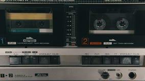 Het duwen van een van het Vingerspel en Einde Knoop op een Twee Dekkenbandrecorder stock video