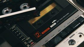 Het duwen van een van het Vingerspel en Einde Knoop op een Twee Dekkenbandrecorder stock footage