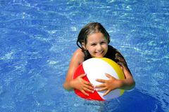 Het echte aanbiddelijke meisje ontspannen in zwembad Stock Afbeelding