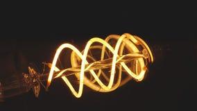 Het echte de gloeilamp van Edison trillen De uitstekende gloeilamp van gloeidraadedison Sluit omhoog stock footage