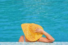 Het echte vrouwelijke schoonheid ontspannen in zwembad royalty-vrije stock foto's