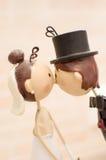 Het echtgenotenhuwelijk keurt bonbonniere goed Stock Foto