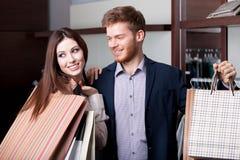 Het echtpaar is in de winkel Stock Foto